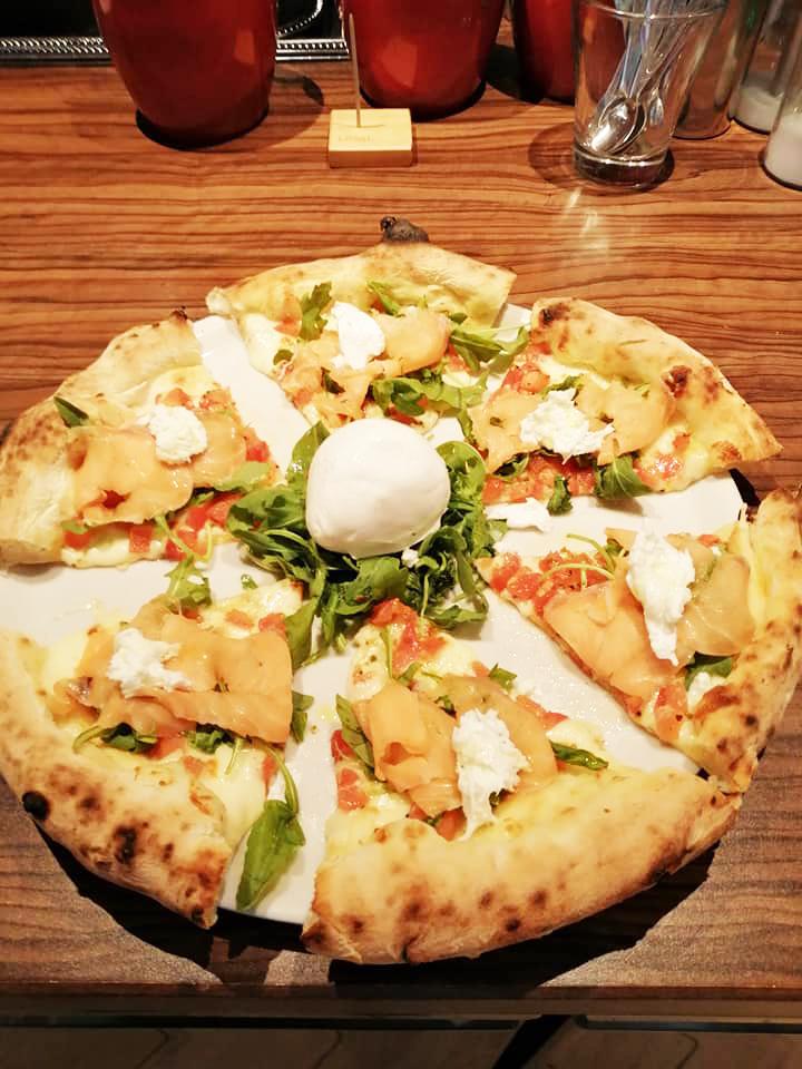 Pizza mit Lachs und Buffelmozzarella